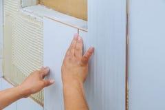 住所改善整修建筑工人铺磁砖工铺磁砖,陶瓷砖墙壁胶粘剂 库存照片