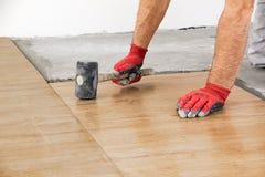 住所改善,整修-建筑工人铺磁砖工是tili 免版税库存图片