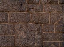 围住粗砺的石头光滑的褐色长方形正方形的表面  库存图片