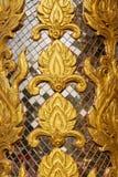 围住雕刻与彩色玻璃的艺术在寺庙 库存图片