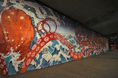 佑幸设计的巨大的章鱼壁画清水 图库摄影