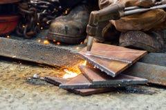 体力工人切开了与气体-等离子在钢板的切割机的钢 免版税库存图片