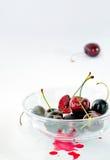 整体和半樱桃在一个玻璃碗 库存图片