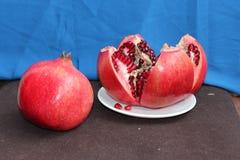 整体和石榴被切的果子  免版税库存照片