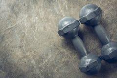 体型背景,金属哑铃健身体育  免版税图库摄影