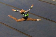 体操女孩地板空气分裂 免版税库存图片