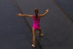 体操女孩地板舞蹈样式 免版税库存图片