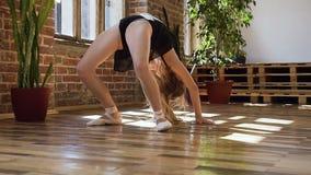体操学校或芭蕾学校 逗人喜爱的体操运动员女孩执行一backflip与手在宽敞舞厅 灵活 股票视频