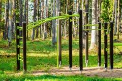 体操标尺在公园 免版税库存图片