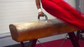体操竞争 体操运动员执行在马的锻炼 股票录像