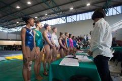 体操运动员决赛选手女孩射线法官 免版税图库摄影