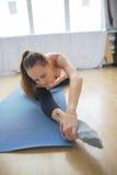 年轻体操运动员在锻炼前执行准备 免版税库存照片