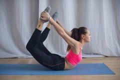 年轻体操运动员在锻炼前执行准备 免版税库存图片