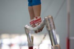 体操运动员女孩双杠皮带手特写镜头 免版税库存图片