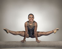 年轻体操运动员女孩平衡木 免版税库存照片