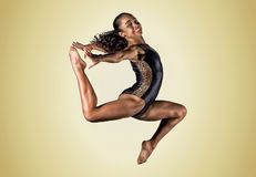 年轻体操运动员女孩跳跃 库存图片