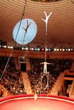 体操运动员执行难以想象的把戏在马戏下圆顶  库存图片