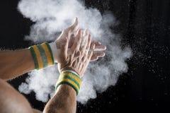 体操运动员拍的白垩的手 库存图片