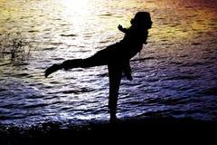 体操运动员湖边 免版税库存图片
