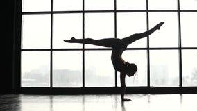 体操运动员的剪影在天空中做一个翻筋斗与麻线 运动服的灵活的女孩 慢的行动 影视素材