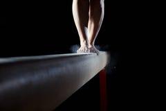 体操运动员的脚平衡木的 免版税库存照片