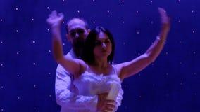 体操运动员美好的夫妇在剧院执行在阶段的把戏 影视素材