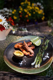 整体烤虾晚餐在庭院里 免版税库存照片