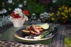 整体烤虾晚餐在庭院里 库存图片