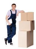 总体的年轻送货人有纸板箱的 免版税图库摄影
