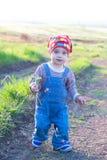 整体红色的头巾和的牛仔裤的俏丽的孩子 库存图片