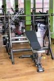 体育、训练和健康生活方式概念-健身房内部用设备 库存图片