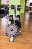 体育、训练和健康生活方式概念-健身房内部用设备 库存照片