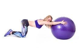 体育与pilates球的妇女锻炼 免版税库存图片