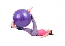 体育与pilates球的妇女锻炼 免版税图库摄影