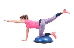 体育与pilates球的妇女锻炼 库存图片