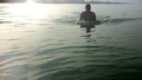 年轻体育人在海游泳 影视素材