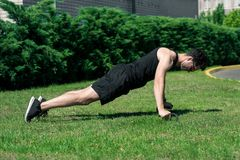 体育供以人员做健身本质上 库存照片