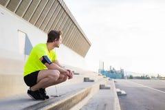 年轻体育供以人员周道看起来去,当有休息在训练的锻炼以后户外在城市布局时 图库摄影