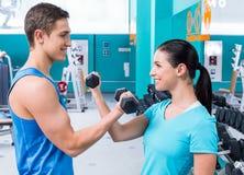 体育俱乐部的健身人 免版税库存照片