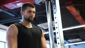 体育健身健身房锻炼人训练三头肌 股票视频