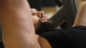 体育健身健身房锻炼运动员人benchpress 影视素材
