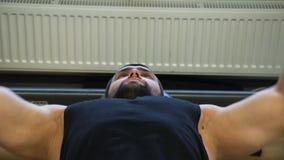体育健身健身房锻炼运动员人benchpress 股票录像