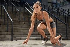 年轻体育健身女孩Portraite训练的 概念查出的体育运动白色 免版税库存图片