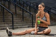 年轻体育健身女孩Portraite训练的 概念查出的体育运动白色 库存图片