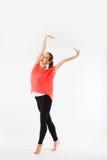 体育健身妇女愉快的微笑举行举武装的手,年轻健康微笑女孩运动肌肉身体,完善的图充分的leng 免版税库存图片