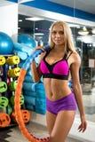 体育健身房射击的美丽的性感的妇女 免版税库存图片