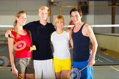 体育健身房的人们在羽毛球前 免版税库存照片