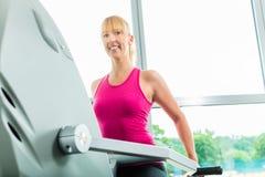 体育健身房的妇女在步进 免版税图库摄影