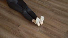 体育健身舒展锻炼女孩的体操运动员脚 影视素材