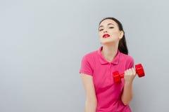 体育和休闲概念-有浅红色的哑铃的运动的妇女手 体育的俏丽的女孩 库存图片